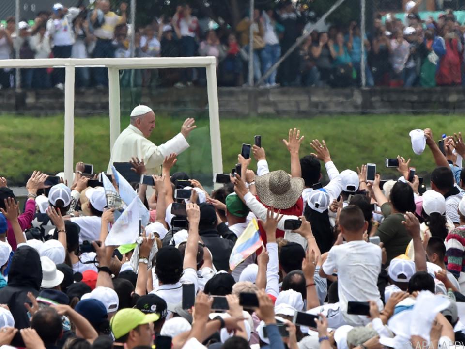 Franziskus nimmt ein Bad in der Menge im Papamobil