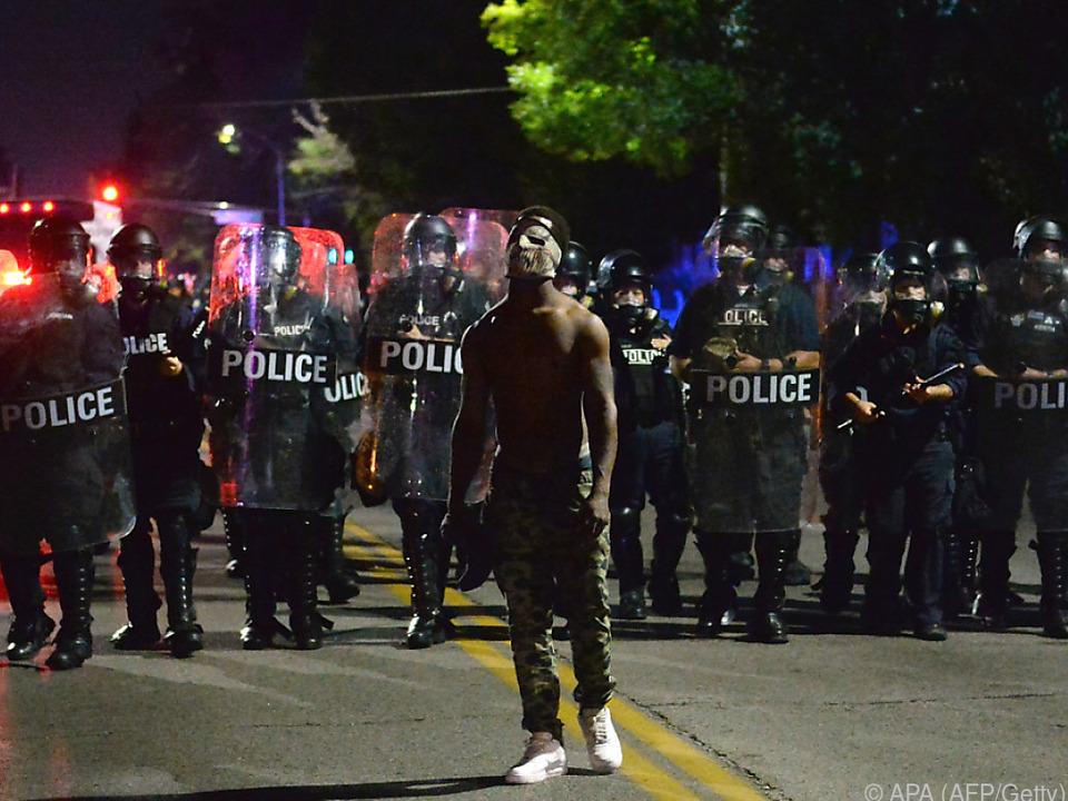 Freispruch eines weißen Polizisten, der Schwarzen tötete, sorgt für Unruhen