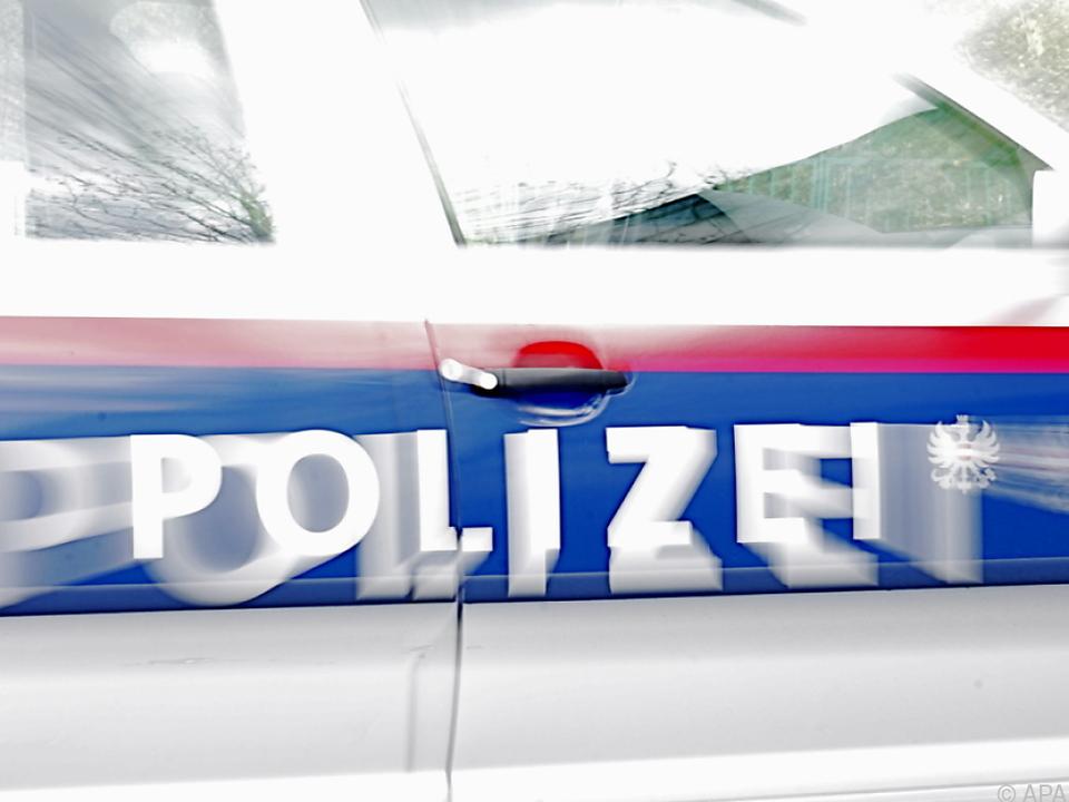 Laut Polizei wurde ein Mann zwischen Brennholz-Paletten eingeklemmt