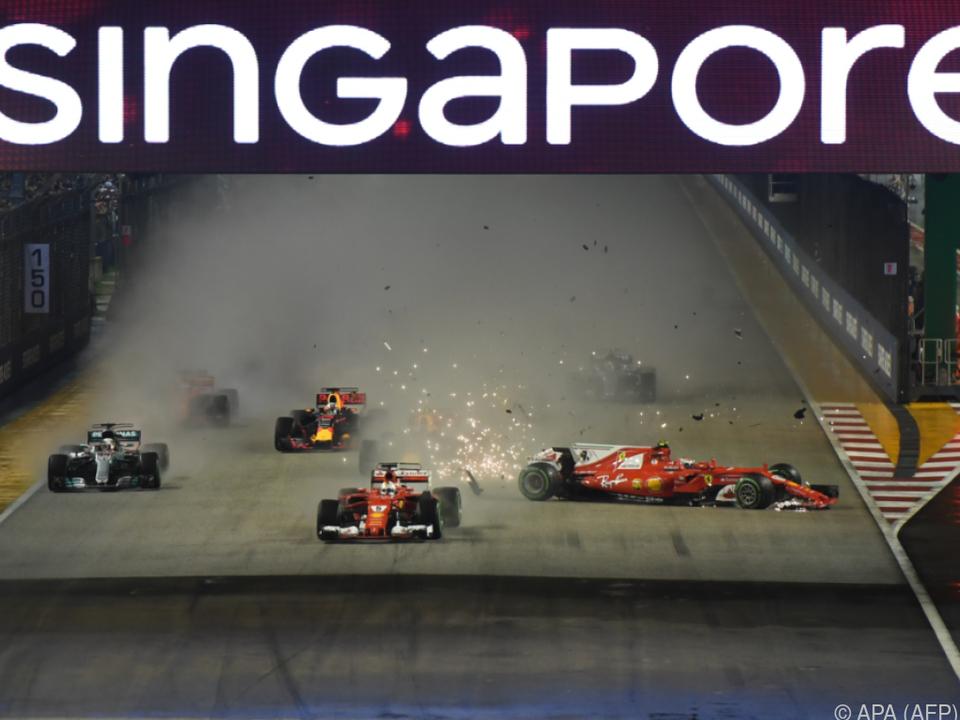 Lewis Hamilton (l.) entging Startkarambolage