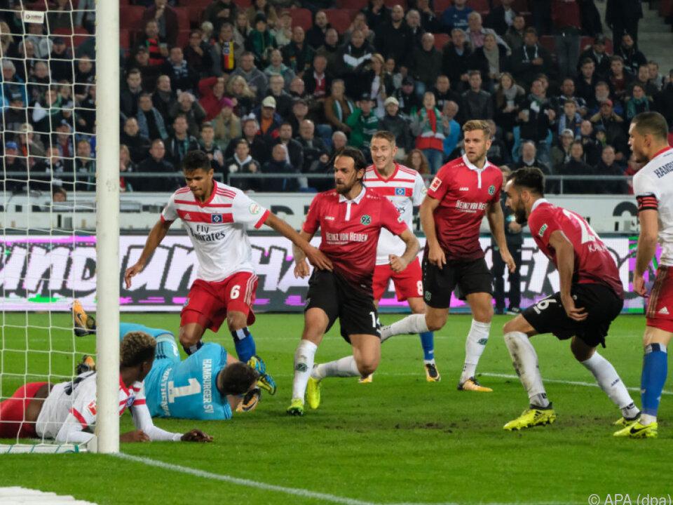 Martin Harnik (m.) erzielt das 1:0 für Hannover