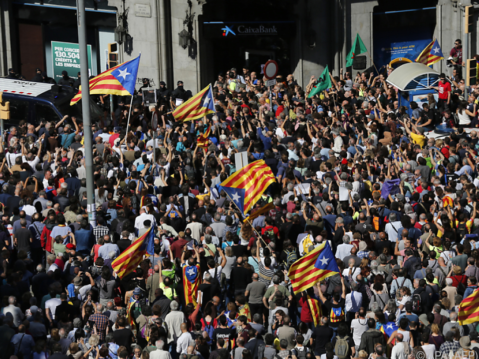 Menschen demonstrieren gegen die Festnahmen