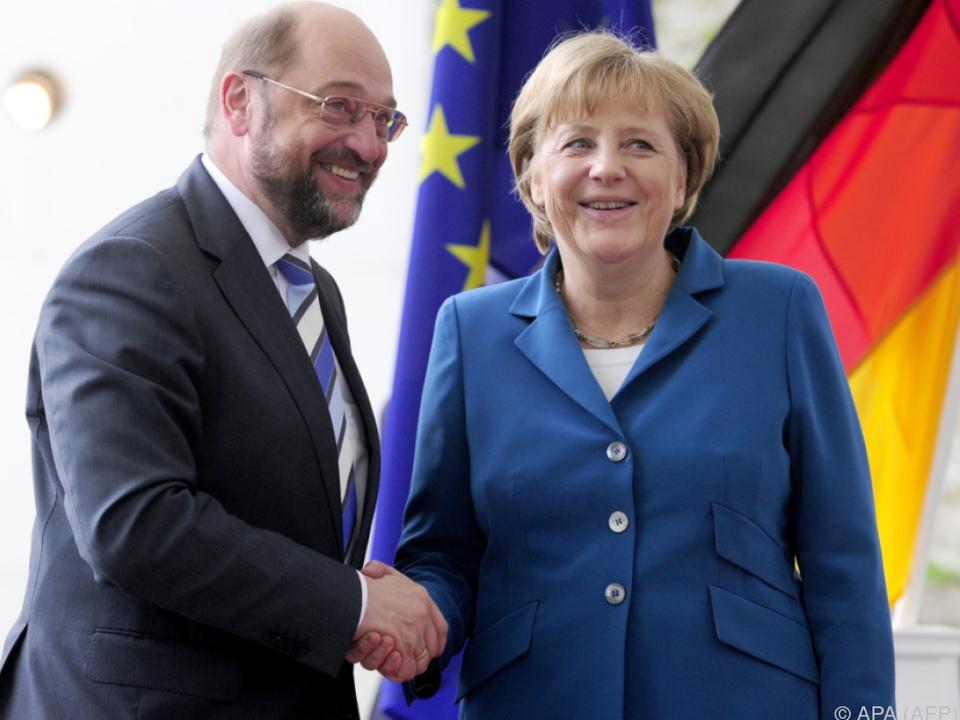 Noch geben sich Kanzlerin Merkel und Herausforderer Schulz freundlich