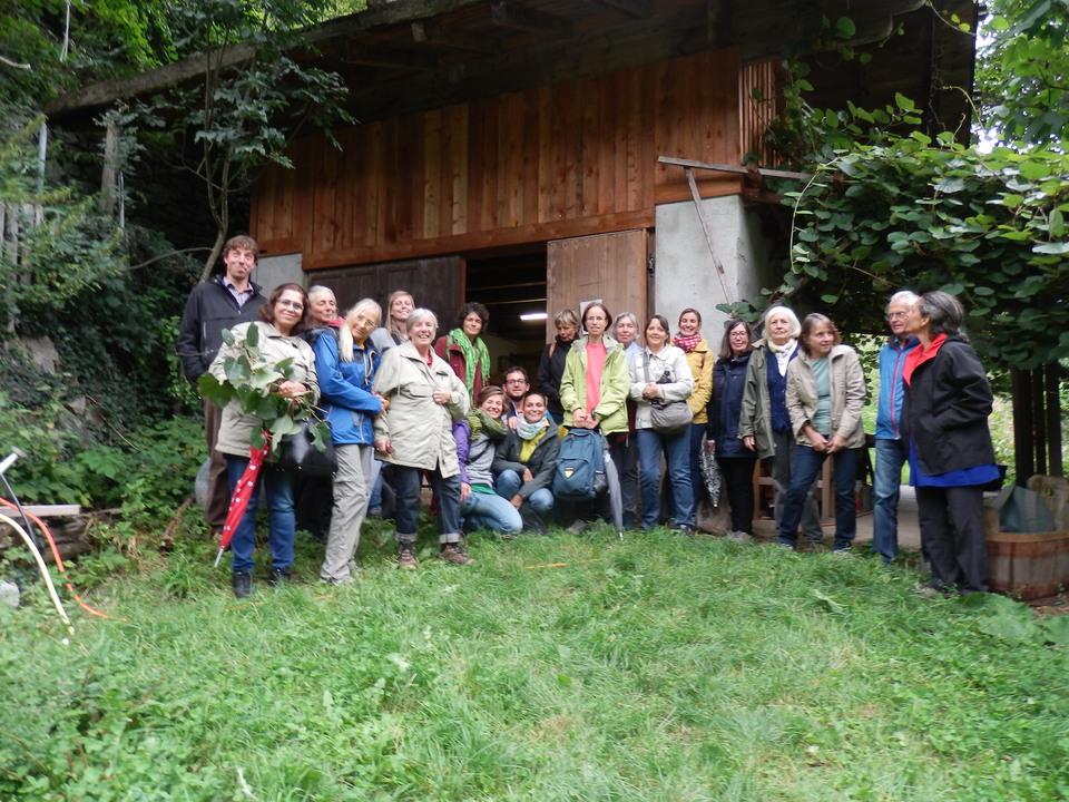 m Bild die Exkursionsteilnehmenden im Permakultur-Gemeinschaftsgarten in Guggenberg/Ulten.  Veronika Seiwald / MahlZeit