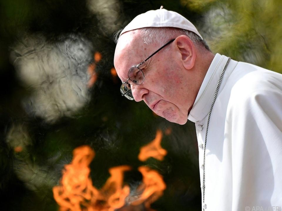 Papst entzündete die Friedensfackel