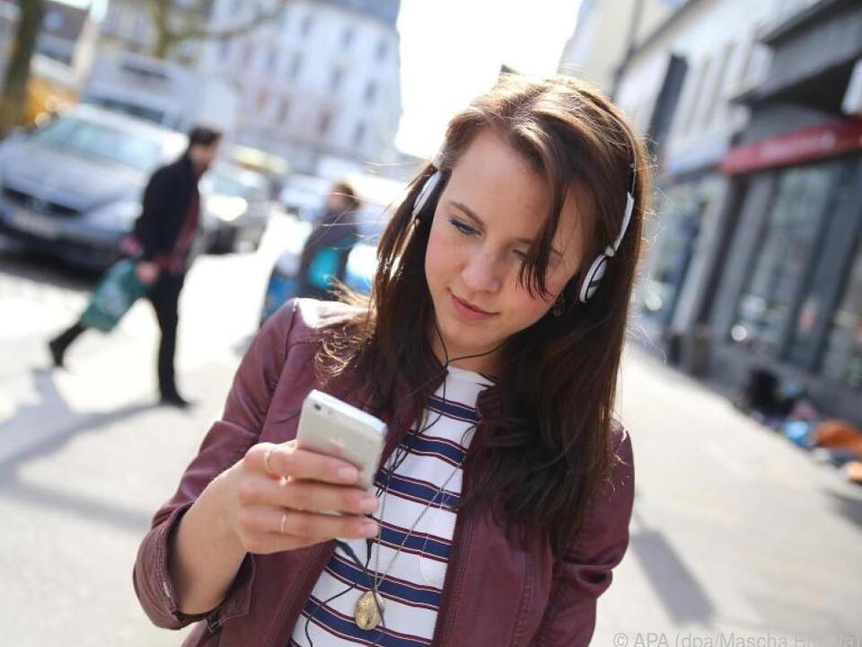 Private Audio-Nachrichten hört man sich am besten mit einem Kopfhörer an