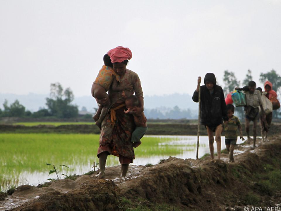 Rohingya flüchten vor Angriffen und schlechter Behandlung