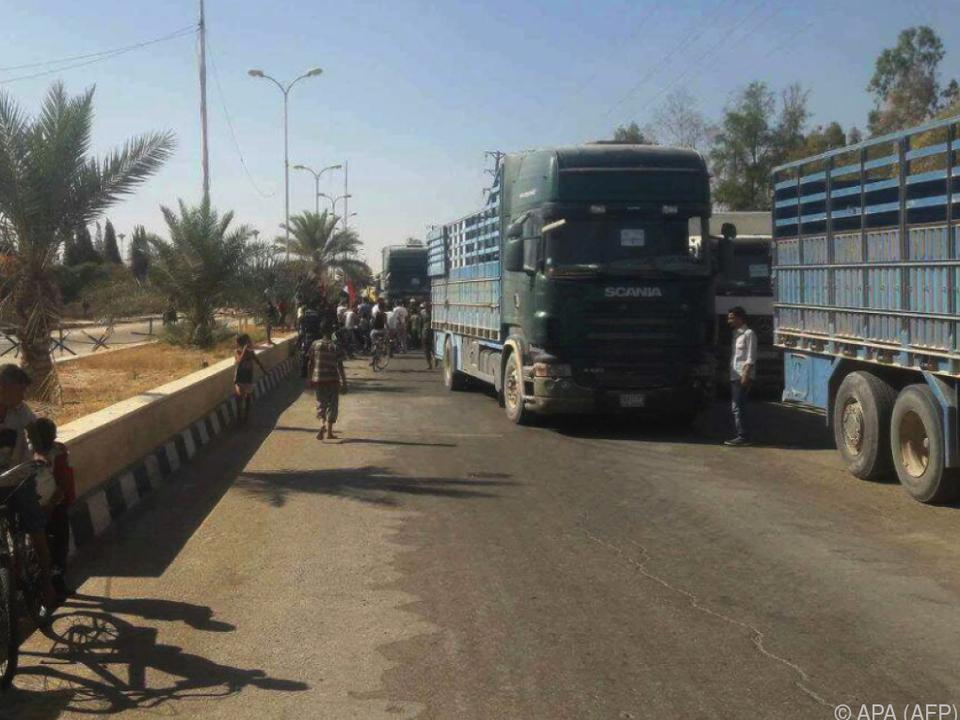 Rund 40 Lastwagen trafen ein