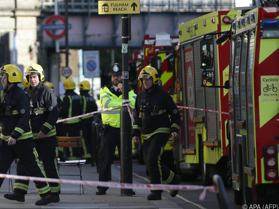 Schwerbewaffnete Polizei, Feuerwehr und Rettungskräfte rückten aus