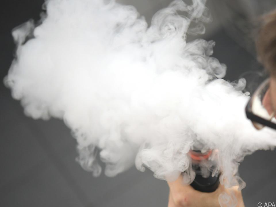 Selbst wenn man draußen raucht, trägt man verschmutzte Luft ins Haus