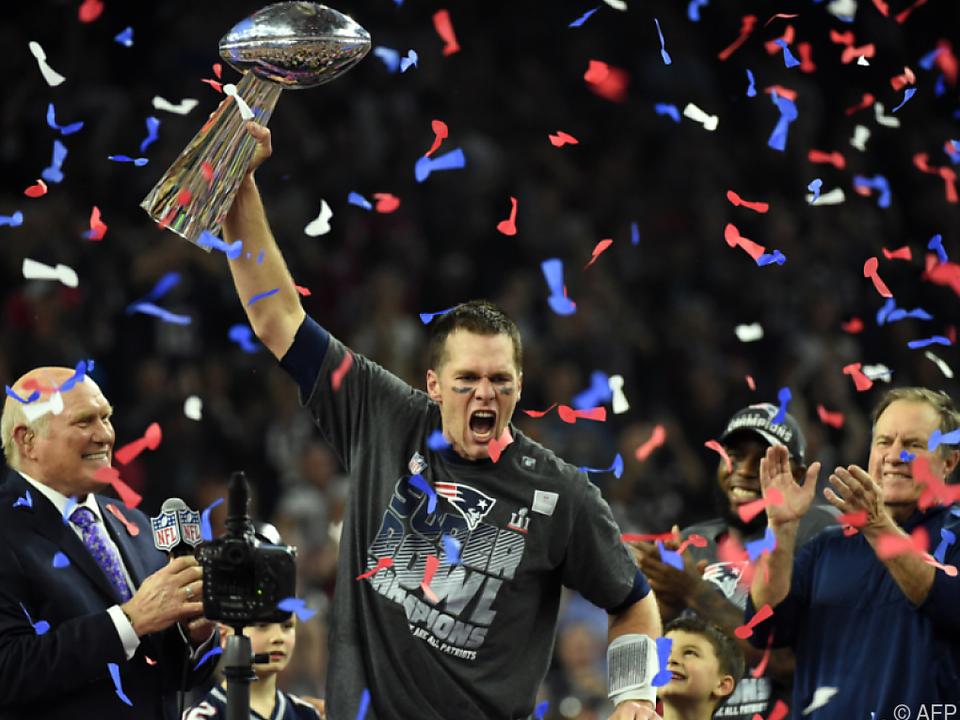 Star-Quarterback Tom Brady  mit der Vince Lombardi Trophy
