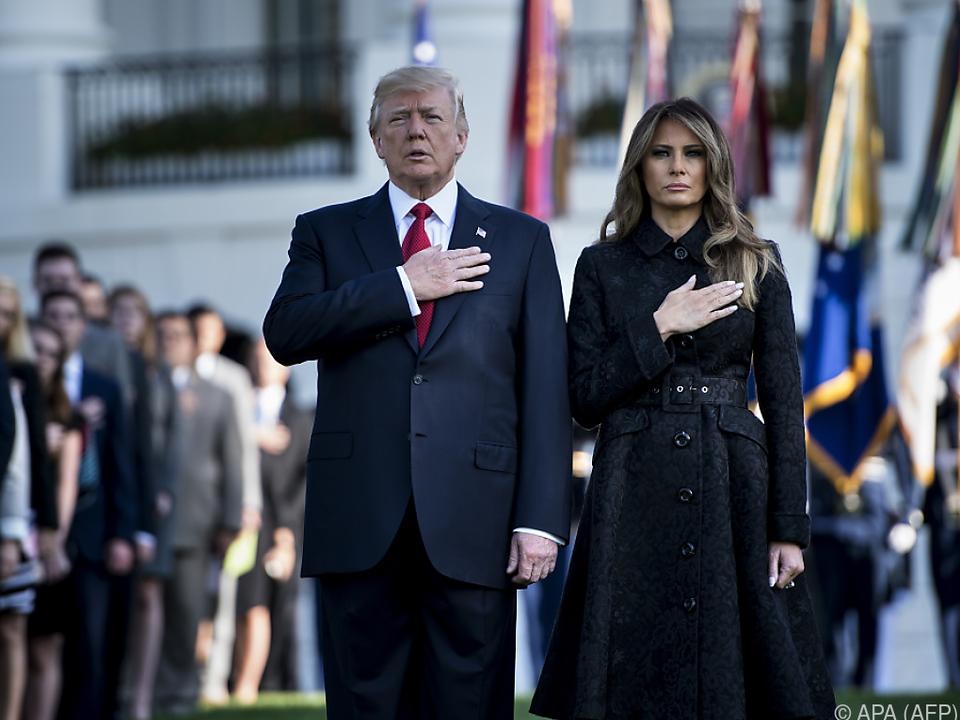 Trump und seine Frau Melania hielten eine Schweigeminute ab