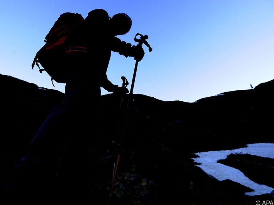 Viele Unfälle passieren wegen falscher oder fehlender Ausrüstung bergunfall berg wandern alpinist kerze sym