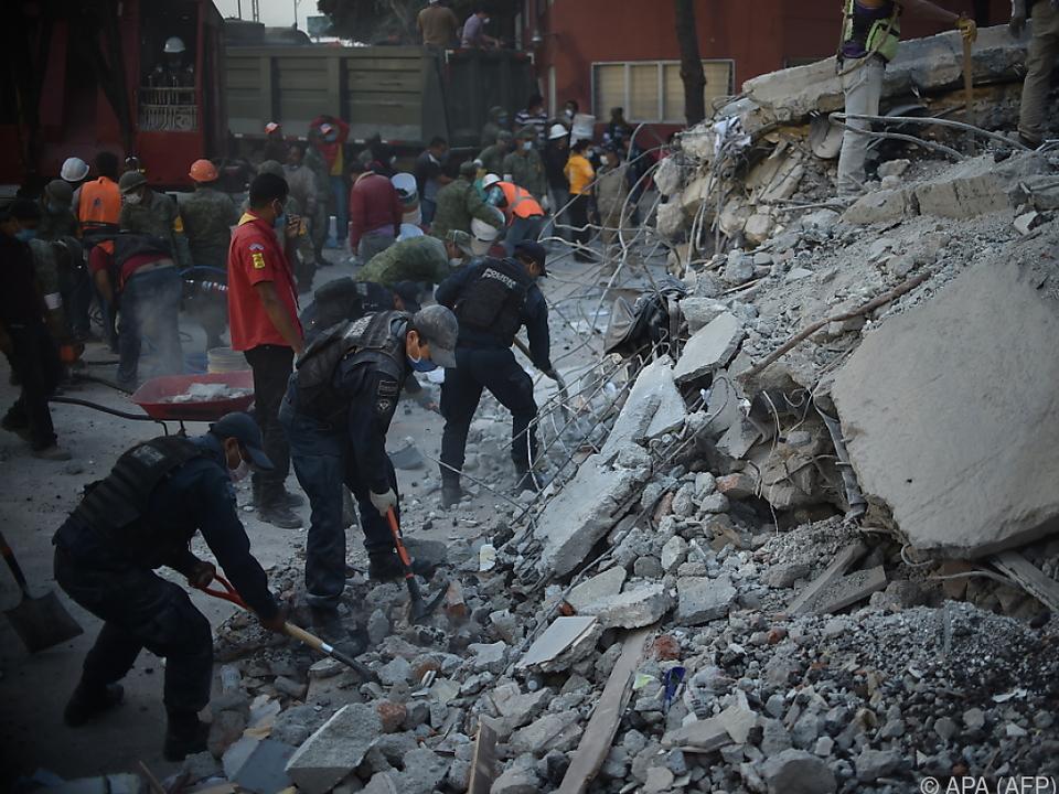 Zahlreiche Menschen werden noch unter den Trümmern vermutet