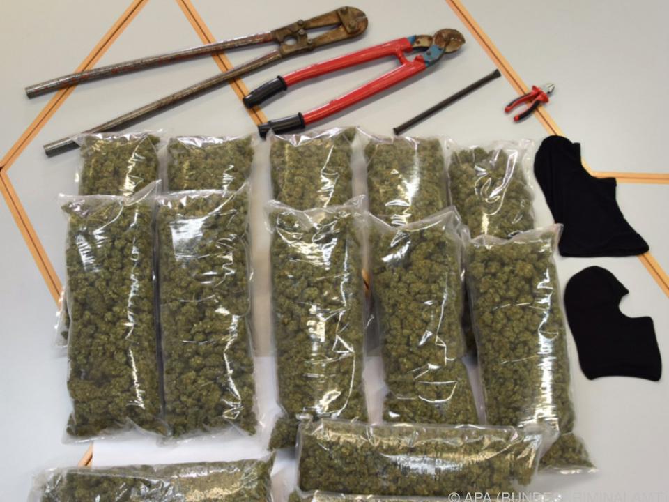 Zehn Kilo Marihuana und gefälschte Ausweise gefunden