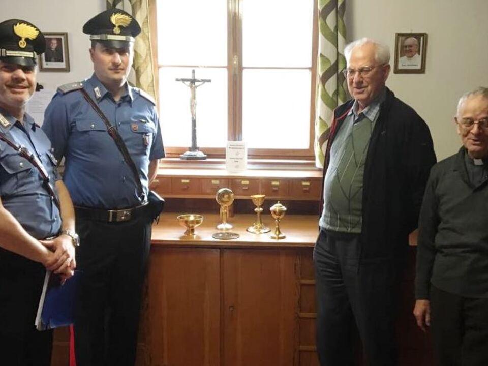 20170930-i-carabinieri-restituiscono-gli-oggetti-sacri-alla-comunita-religiosa