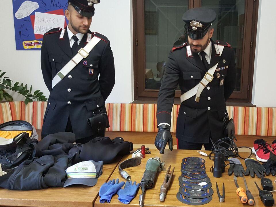 20171011-il-materiale-sequestrato-dai-carabinieri-di-terlano