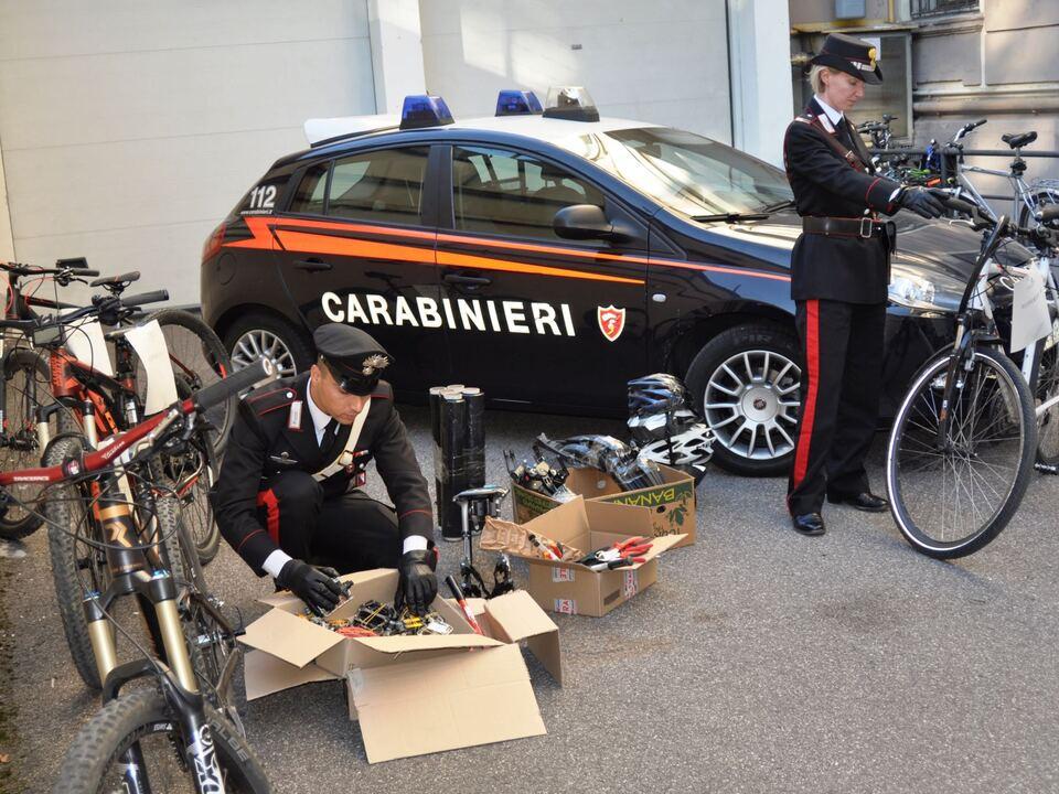 20171016-le-biciclette-ed-i-materiali-sequestrati-dai-carabinieri