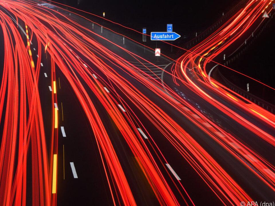 Defizit im internationalen Warenaustausch weitete sich aus autobahn verkehr nacht geisterfahrer