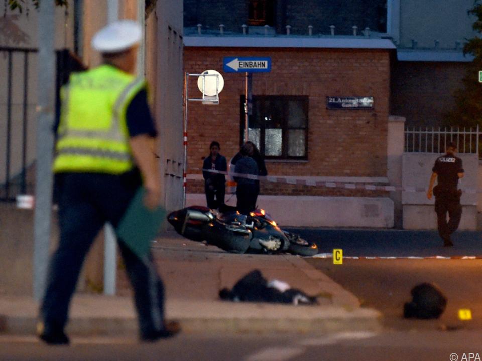 Der Beamte wurde dabei lebensgefährlich verletzt