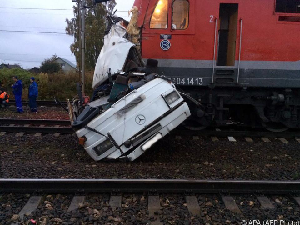 Zug kracht in Reisebus - 19 Tote!