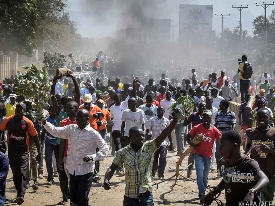 Die Demonstranten krachten mit der Polizei zusammen