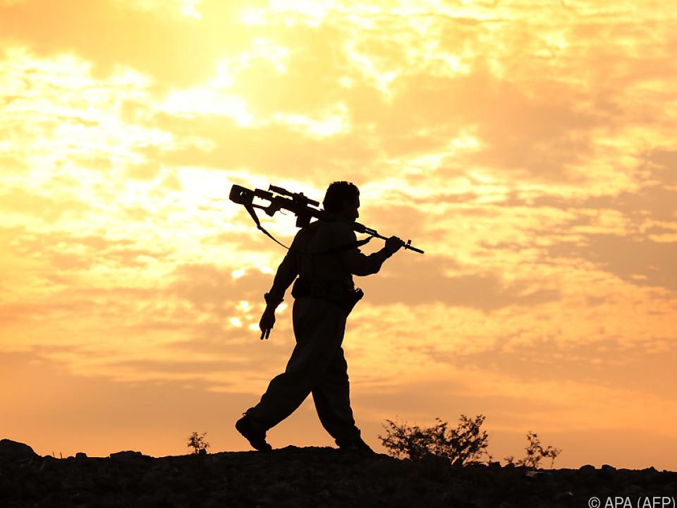 Es wird zu einer Waffenruhe im Nordirak aufgerufen krieg isis soldat sym