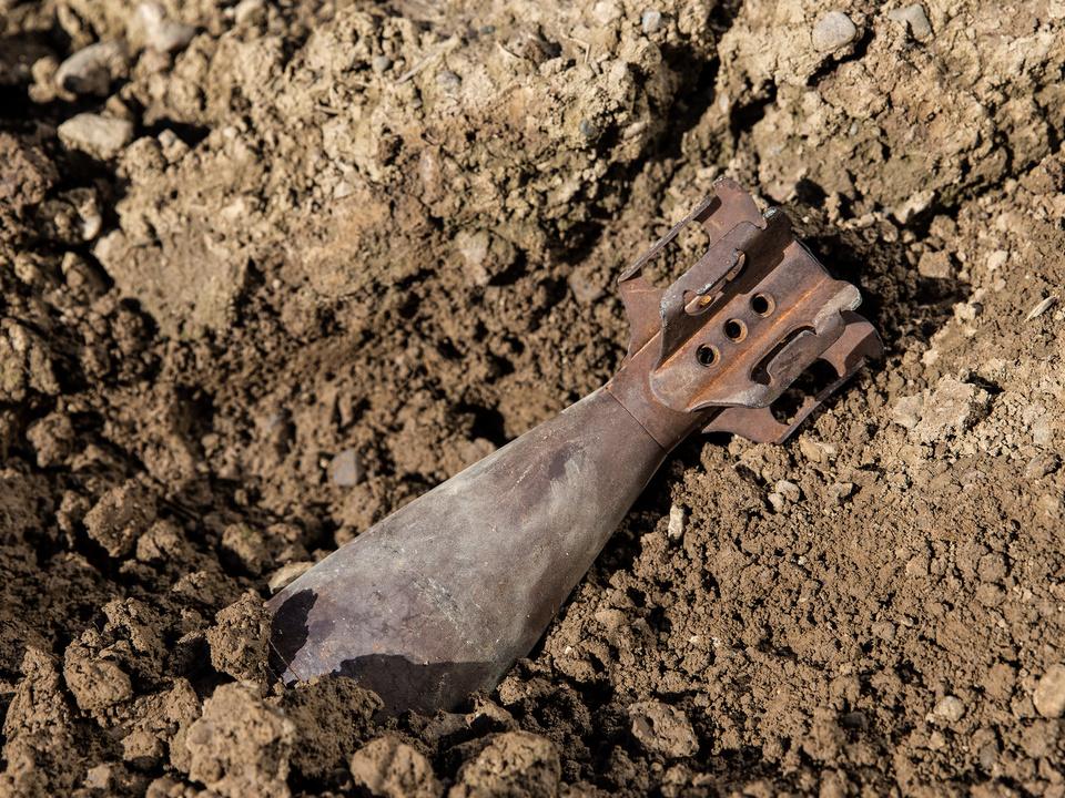 Alte Granate in Erde vergraben bombe krieg waffe fund bombe
