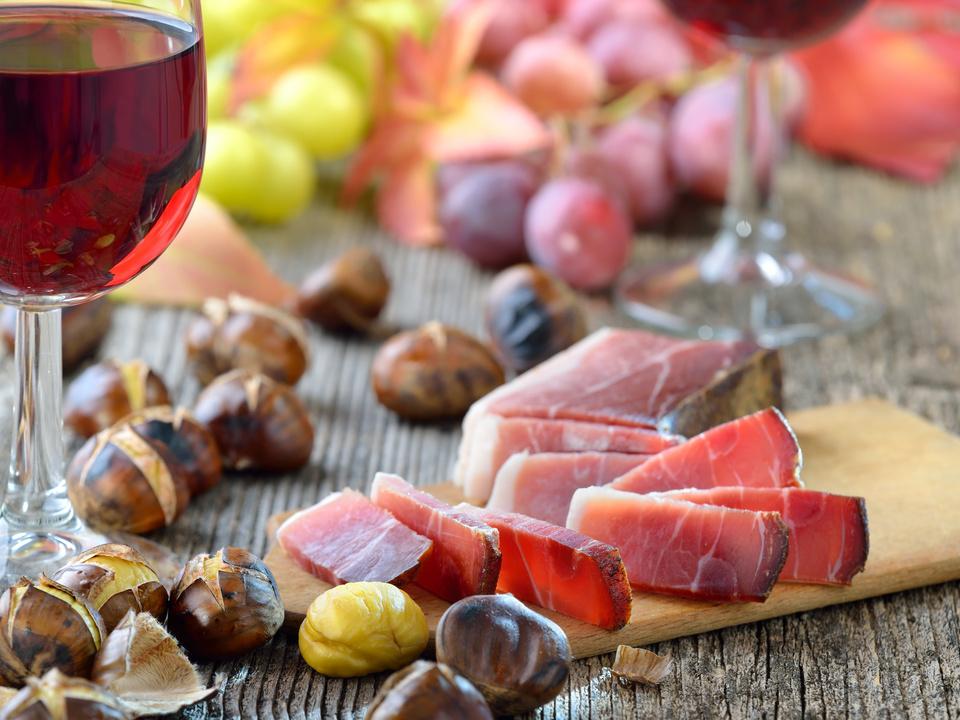 Südtiroler Bauernspeck und heiße Maroni, dazu ein Glas Vernatsch törggelen sym kastanien speck herbst