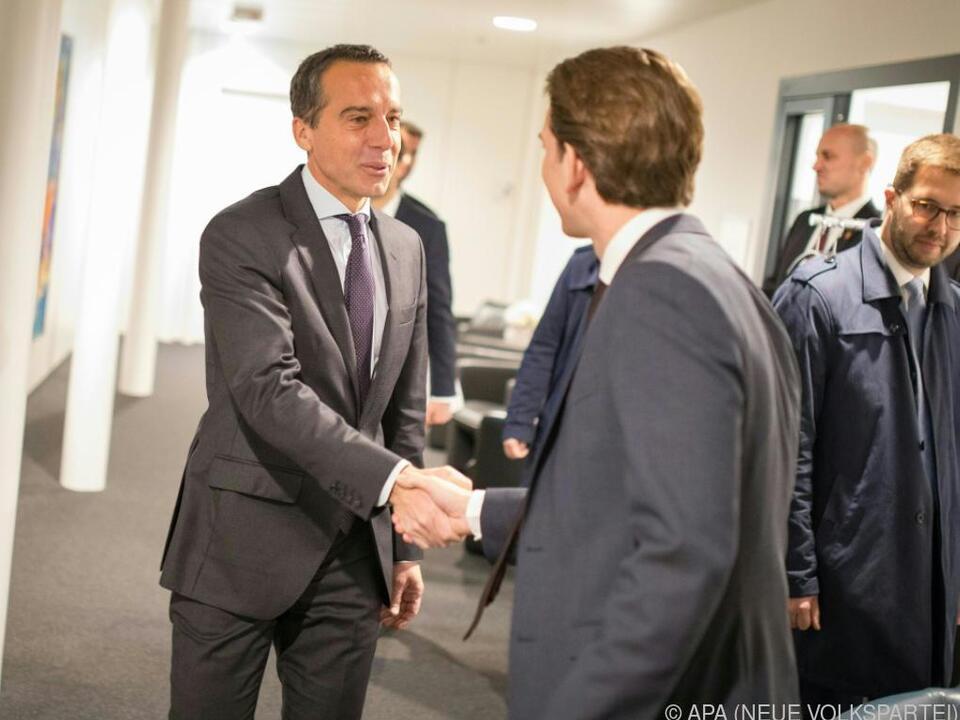 Handshake zu Beginn des Treffens