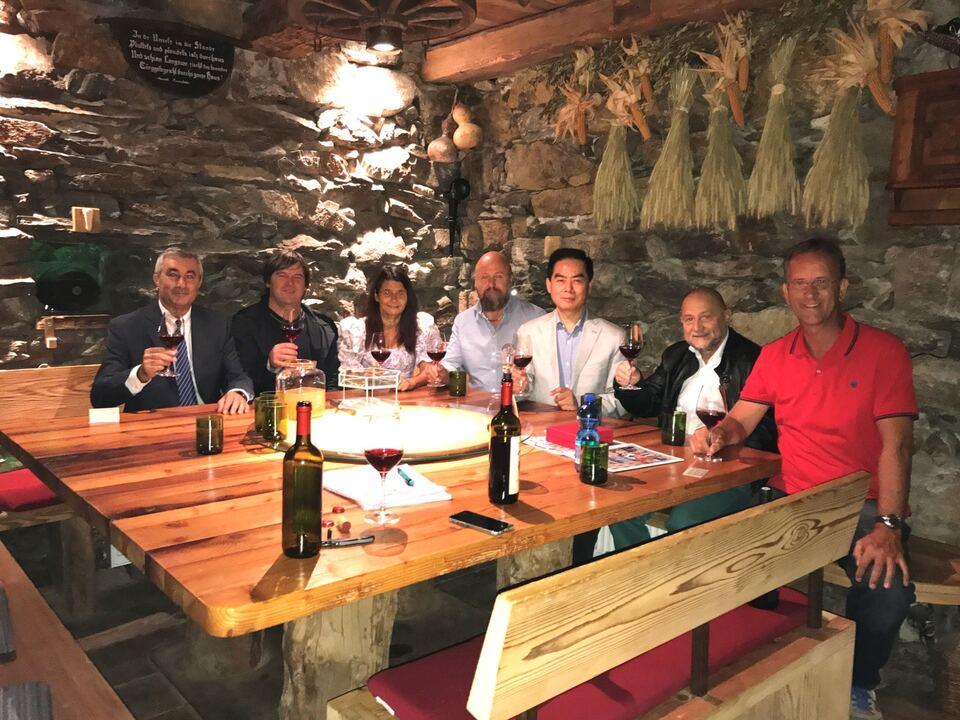 Bild von links n. r.: Aldo Sanella, Thomas Ladurner-Schönweger, Johanna Mitterhofer, Felix Lanpacher, der Gründer der Universität Dr. Shawn Chen, Prof. George Teodorescu und Bürgermeister Walter Mairhofer