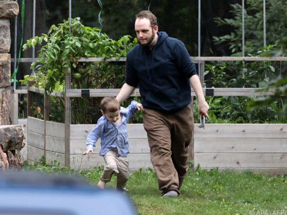 Joshua Boyle mit einem seiner Söhne zuhause in Ontario