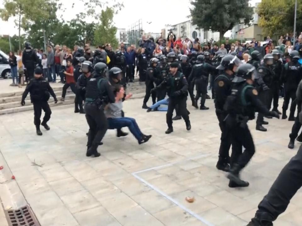 Katalonien: Rangelei mit Polizei wegen Referendum