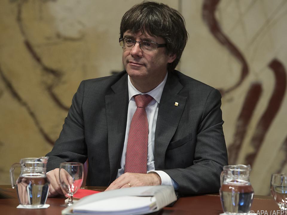 Kataloniens Präsident Puigdemont sitzt auf einem wackligen Stuhl