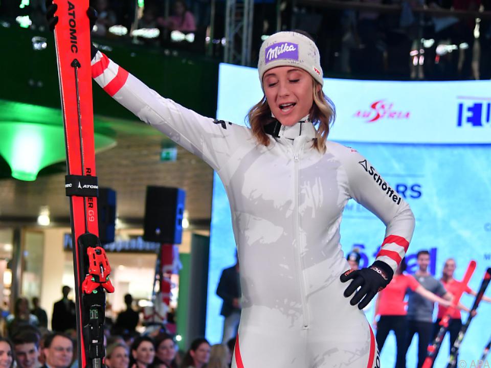 Michi Kirchgasser zeigt der Skistars neue Kleider