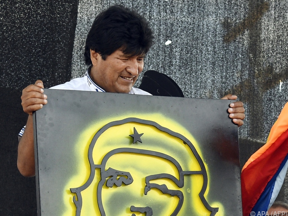 Präsident Morales mit einem Erinnerungs-Kunstwerk