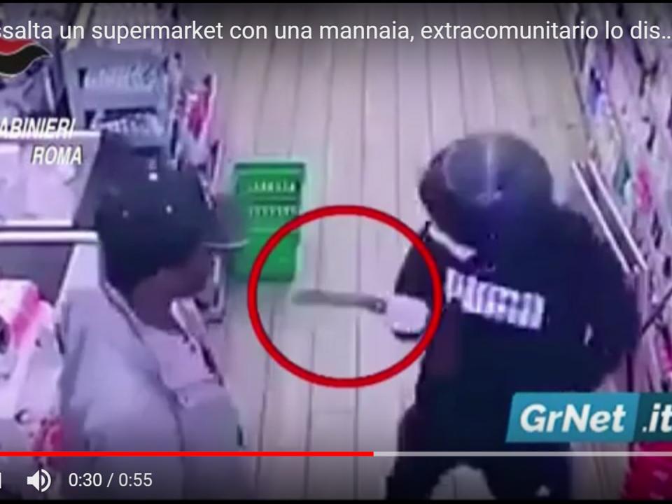 YouTube/GrNetNews-Roma: assalta un supermarket con una mannaia, extracomunitario lo disarma. Arrestato