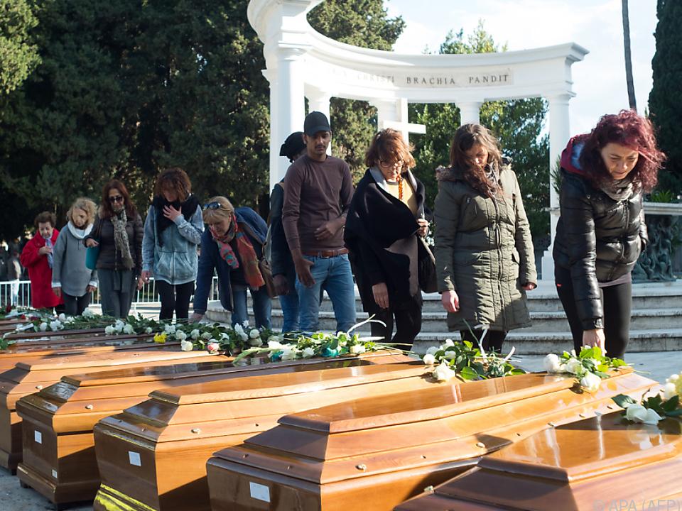 Abschied von 26 im Mittelmeer ertrunkenen Teenagerinnen