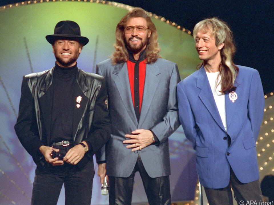 Barry Gibb (m.) gedenkt seiner beiden verstorbenen Brüder