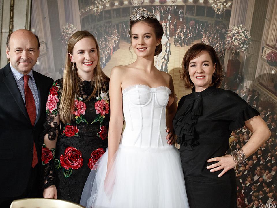 Debütantin in weißem Kleid mit Tiara