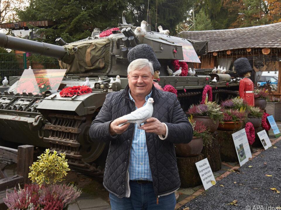 Der Brite Gary Blackburn vor seinem Centurion-Kampfpanzer