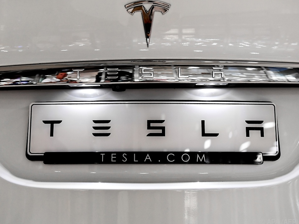 Der Lack von Tesla bekommt Risse
