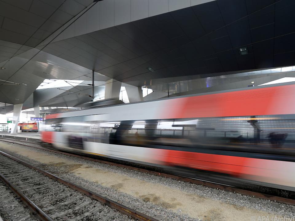 Der Lokführer stoppte den Zug wegen einer verdächtigen Person