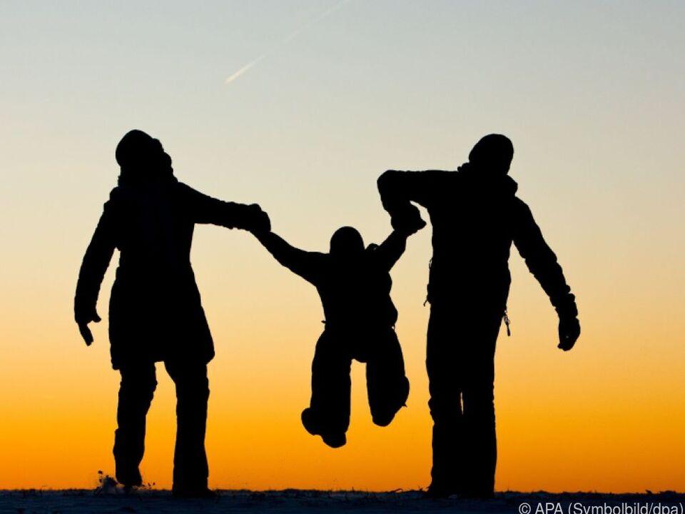 Die Österreicher haben wenig Grund zum Jammern familie kind kinder eltern sonnenuntergang