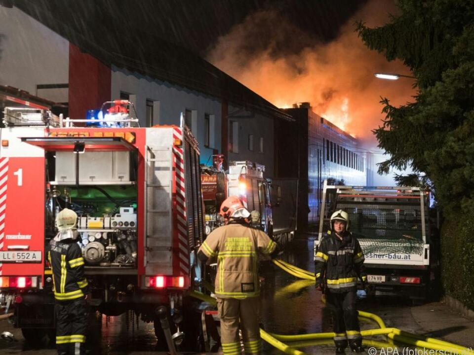 Feuer brach in Aufzugsschacht eines Firmenkomplex aus