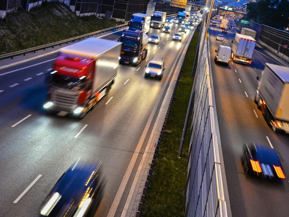 straße autobahn verkehr lkw transit sym geisterfahrer