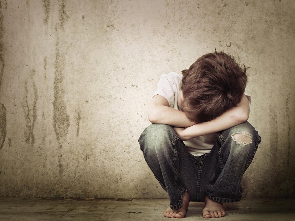Kind traurig allein Bub Junge