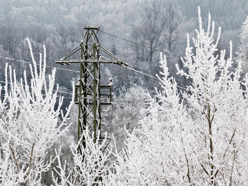 Strom und Wasserkraft im Winter