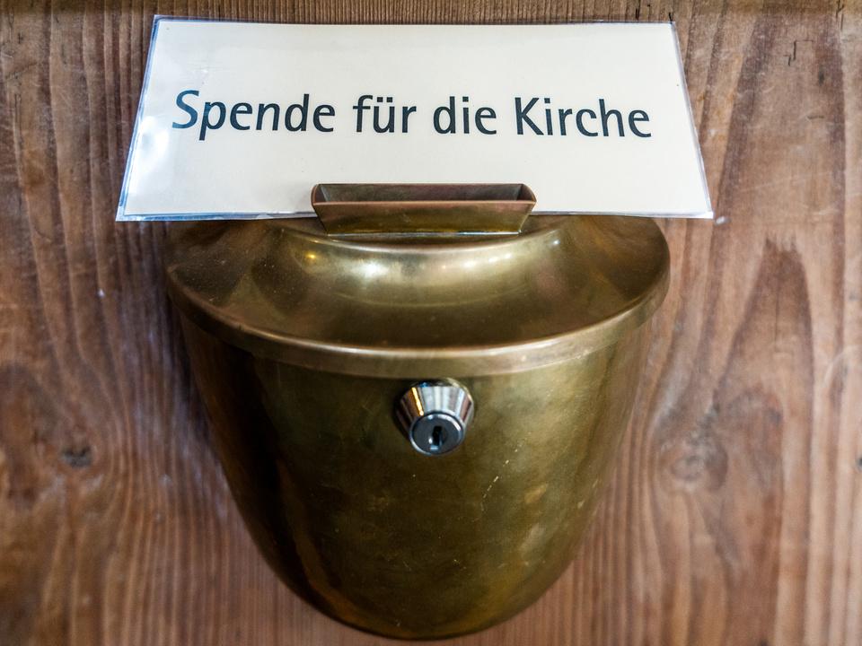 dieb einbrecher kirche Opferstock sammelt Spenden für die Kirche