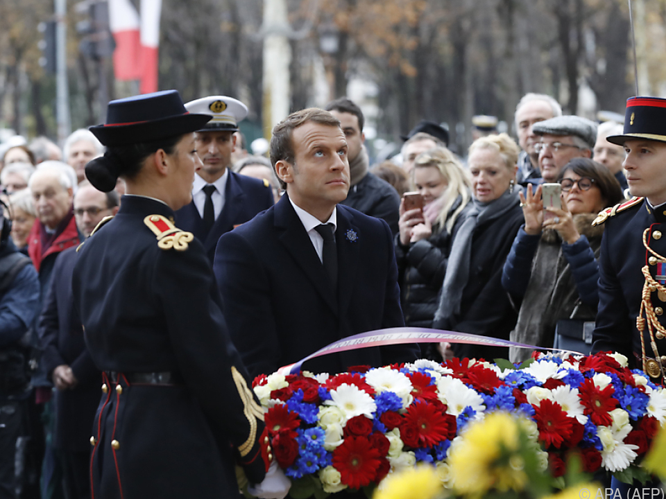 Frankreichs Präsident Macron bei Kranzniederlegung in Paris